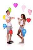 Giovani coppie con le tazze in mani Fotografia Stock