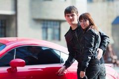 Giovani coppie con un'automobile sportiva Fotografia Stock