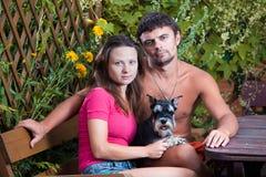 Giovani coppie con un cane Fotografia Stock Libera da Diritti