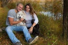 Giovani coppie con un cane Fotografia Stock