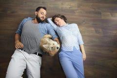 Giovani coppie con un cane Fotografie Stock Libere da Diritti