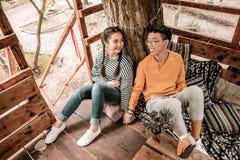 Giovani coppie contentissime positive che tengono le loro mani fotografia stock
