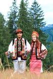 Giovani coppie in costumi del hutsul Immagini Stock