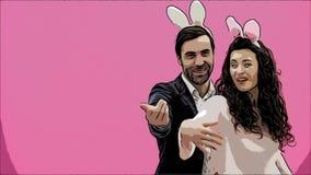 Giovani coppie creative su fondo rosa Con le orecchie trite sulla testa Durante questo tempo, mostrano i gesti di video d archivio
