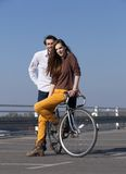Giovani coppie d'avanguardia che posano con la bici all'aperto Fotografia Stock