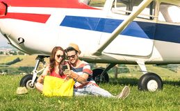 Giovani coppie degli amanti che hanno un resto durante l'escursione dell'aeroplano dello statuto - concetto di smania dei viaggi  immagini stock