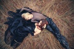 Giovani coppie del goth all'aperto Fotografie Stock Libere da Diritti