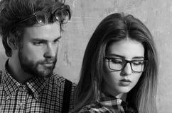 Giovani coppie del nerd degli studenti in vetri del geek immagine stock