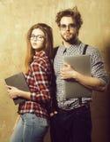 Giovani coppie del nerd degli studenti in vetri del geek immagini stock libere da diritti