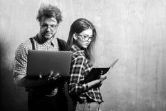 Giovani coppie del nerd degli studenti in vetri del geek immagine stock libera da diritti