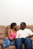 Giovani coppie dell'afroamericano nel loro salone fotografie stock