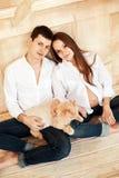 Giovani coppie della famiglia che aspettano un bambino Immagine Stock