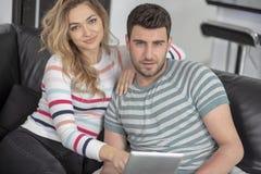 Giovani coppie della famiglia insieme a casa casuali Fotografie Stock Libere da Diritti