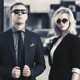 Giovani coppie di affari di modo che camminano in via della città Fotografia Stock
