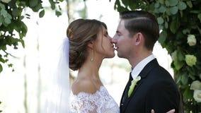 Giovani coppie di amore che sorridono e che baciano stock footage