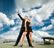 Giovani coppie di amore che sorridono sotto il cielo Fotografie Stock