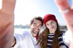 Giovani coppie di divertimento che prendono selfie con il telefono cellulare Fotografia Stock Libera da Diritti