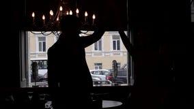 Giovani coppie di nozze che ballano contro una finestra archivi video