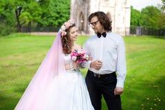 Giovani coppie di nozze nell'amore Fotografia Stock