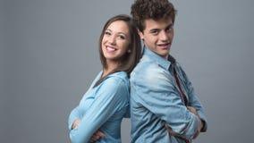 Giovani coppie di nuovo alla parte posteriore Fotografia Stock Libera da Diritti