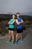 Giovani coppie di sport che posano spalla a spalla sembrare atteggiamento fresco e ribelle fotografia stock