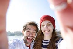 Giovani coppie divertendosi e prendendo selfie Immagine Stock