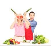 Giovani coppie divertendosi mentre cucinando Fotografia Stock