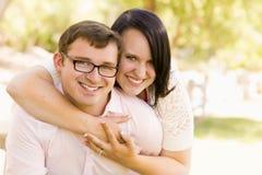 Giovani coppie divertendosi nel parco Fotografia Stock Libera da Diritti
