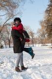 Giovani coppie divertendosi sulla neve Immagine Stock