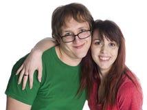 Giovani coppie dolci felici che esaminano la macchina fotografica Fotografia Stock Libera da Diritti