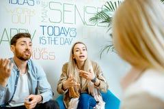 Giovani coppie durante il consiglio psicologico con lo psicologo fotografia stock libera da diritti