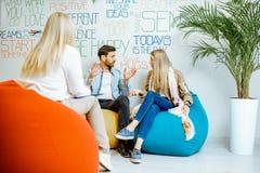 Giovani coppie durante il consiglio psicologico con lo psicologo immagine stock libera da diritti