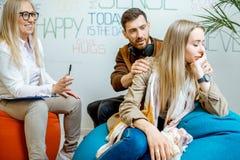Giovani coppie durante il consiglio psicologico con lo psicologo immagini stock
