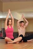 Giovani coppie durante la sessione di yoga fotografia stock