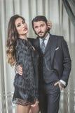 Giovani coppie eleganti che si tengono in porte Immagine Stock