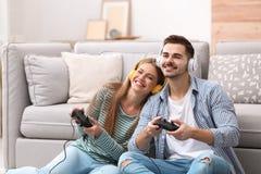 Giovani coppie emozionali che giocano i video giochi fotografia stock libera da diritti