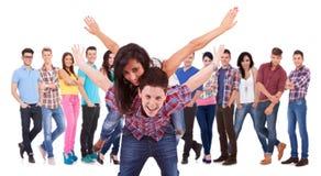 Giovani coppie emozionanti che giocano davanti al gruppo Fotografia Stock Libera da Diritti