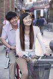 Giovani coppie eterosessuali su una bicicletta in tandem a Pechino Immagine Stock Libera da Diritti