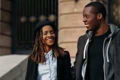 Giovani coppie felici Afroamericano allegro fotografia stock