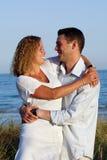 Giovani coppie felici alla spiaggia Fotografie Stock Libere da Diritti