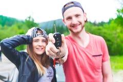 Giovani coppie felici, amici che fanno selfie mentre sedendosi in automobile Giovani adulti Gente caucasica Concetto di trasporto Immagine Stock Libera da Diritti