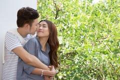 Giovani coppie felici asiatiche fotografie stock