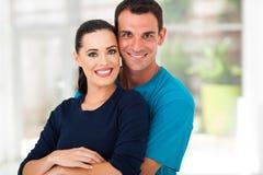 Abbracciare felice delle coppie Fotografia Stock