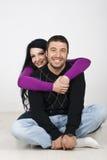 Giovani coppie felici che amano e che abbracciano Fotografie Stock