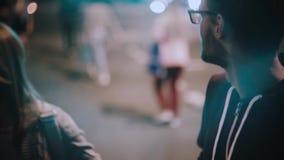 Giovani coppie felici che camminano nell'uguagliare insieme Bello uomo e donna che attraversano la strada, godente della data stock footage