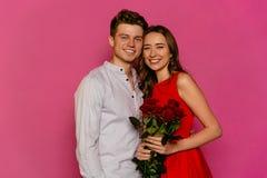 Giovani coppie felici che celebrano festa di giorno del ` s del biglietto di S. Valentino della st fotografia stock libera da diritti