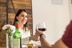 Giovani coppie felici che celebrano giorno del ` s del biglietto di S. Valentino con un pane tostato immagine stock