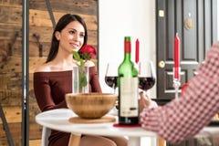 Giovani coppie felici che celebrano giorno del ` s del biglietto di S. Valentino con una cena a immagini stock