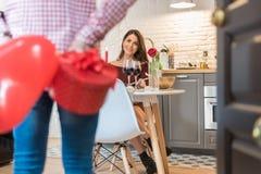 Giovani coppie felici che celebrano giorno del ` s del biglietto di S. Valentino con una cena a fotografie stock libere da diritti