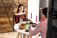 Giovani coppie felici che celebrano giorno del ` s del biglietto di S. Valentino con una cena a casa immagine stock libera da diritti